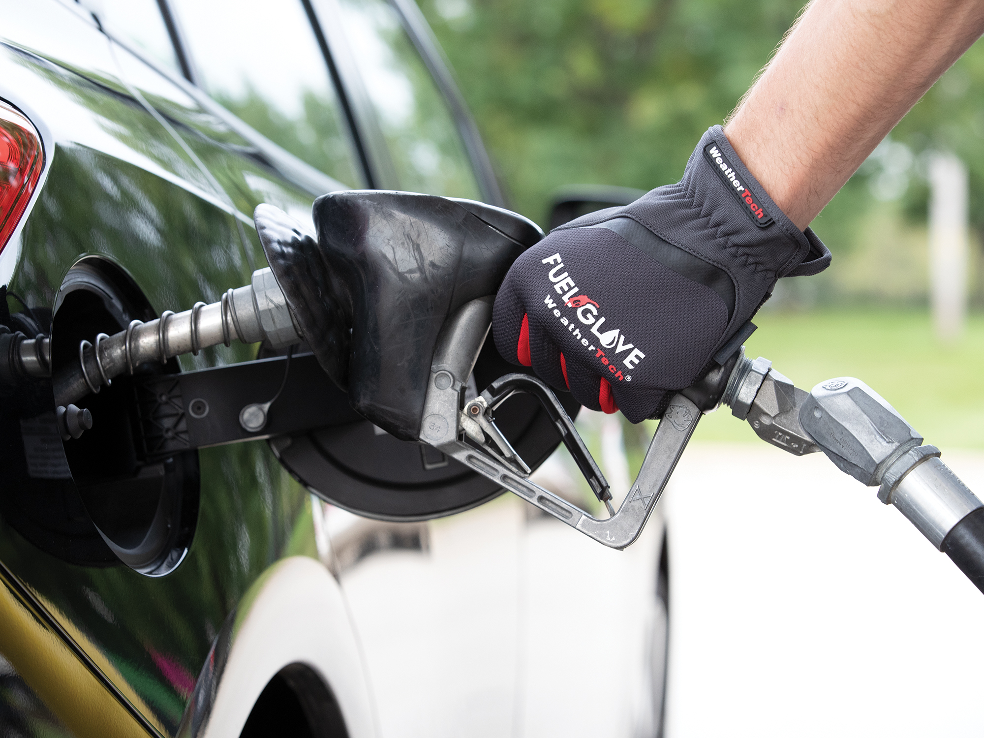 FuelGlove_In_Use_Hand_On_Pump