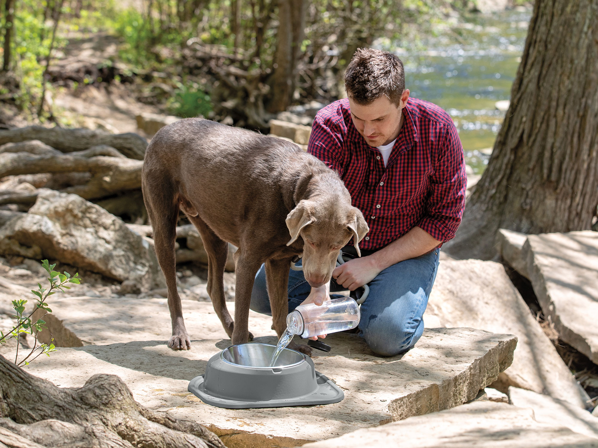 Manly_Outdoor_Lifestyle_Hiking_Pet_Comfort_Single_Low_Water_pour1_grey_singlelow