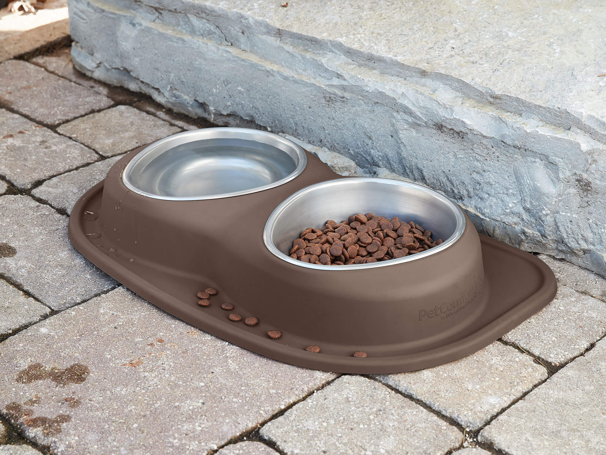 The compact design makes it easy to take the feeding system and dog bowls anywhere.